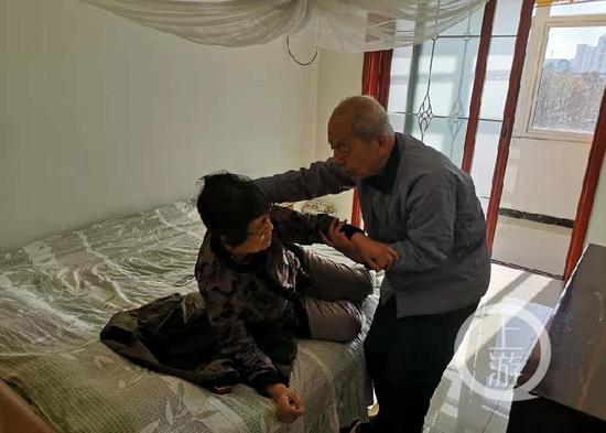 ▲因李锦慧双目失明,每次起床都需要杨鹏祥搀扶。摄影/上游新闻记者 李洪鹏