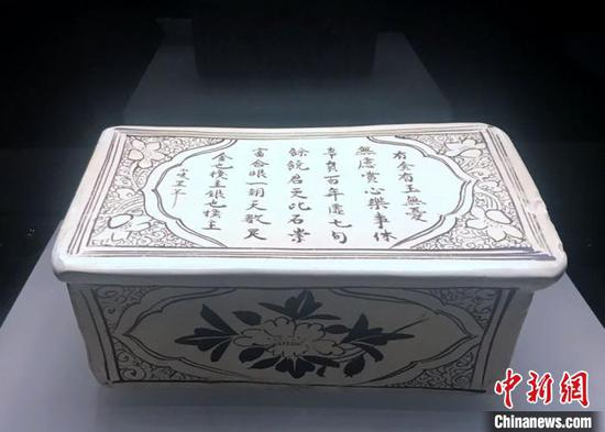 瓷枕上的字画装饰十分精美(邓霞 摄)