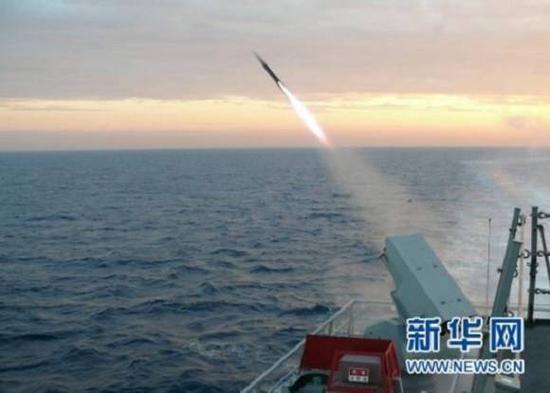 资料图片:韩美联合军演的舰只进行实弹发射。(来源:新华社/联合通讯社)