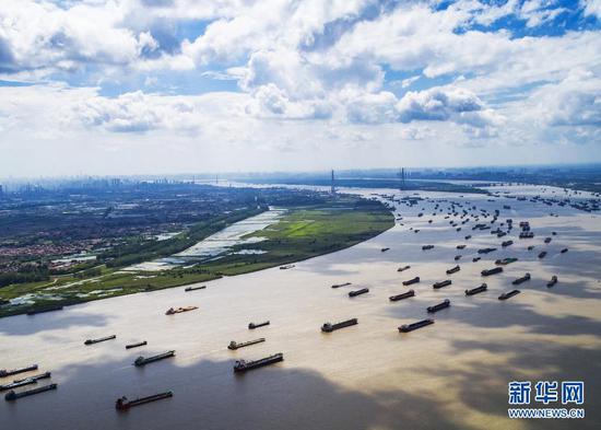 船舶在湖北省武汉市阳逻港区水域行驶(2018年8月13日摄,无人机照片)。新华社记者 肖艺九 摄