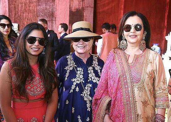 希拉里现身印度始富之女婚前派对,与新娘和其母亲相符影。(图:法新社)