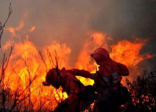 △2014年2月6日,四川西昌,武警四川省森林总队凉山支队在森林灭火作战。