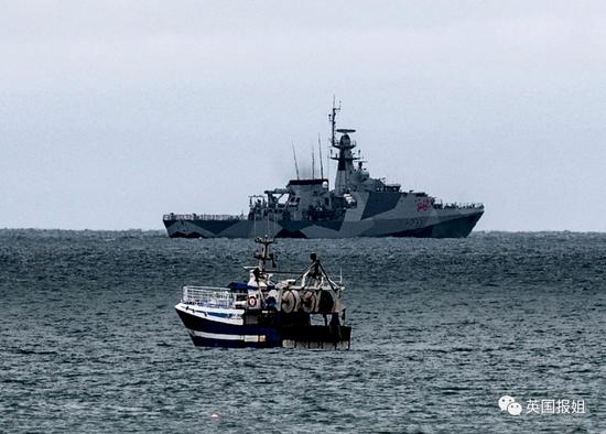 法国渔船和英国军舰大小对比