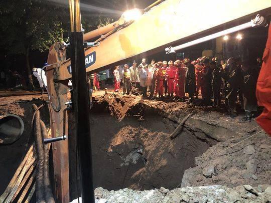 四川达州一处路面坍塌4名路人被吞没 1名女性获救