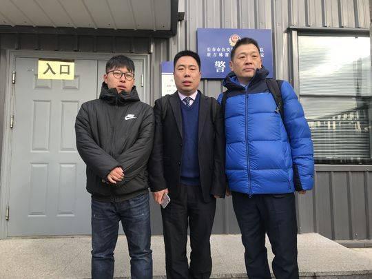 金哲宏家属和辩护律师在法院门口