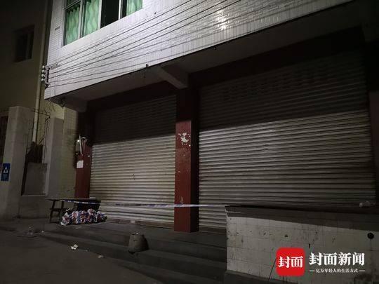 3月29日,案发的小商铺已大门紧闭,警方拉起了封锁线。