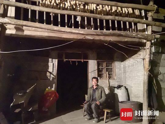 3月29日,被害人的丈夫车勇(化名)独自坐在老屋门口。