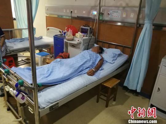 图为一名伤者在医院接受治疗 林浩 摄