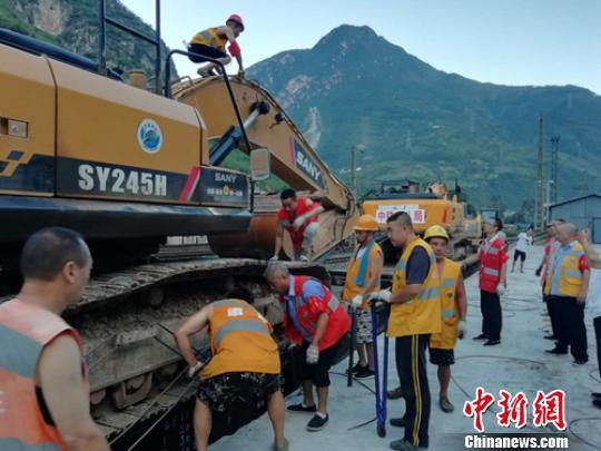大型挖掘機等救援設備運抵現場。 周波 攝