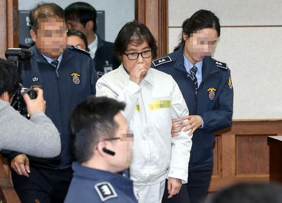 崔顺实所穿的象牙白囚服,受到犯人的追捧。(KBS新闻)