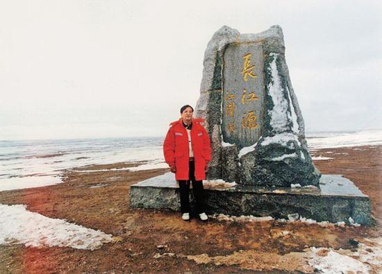 (图为2001年6月,张国宝在长江源头沱沱河考察)