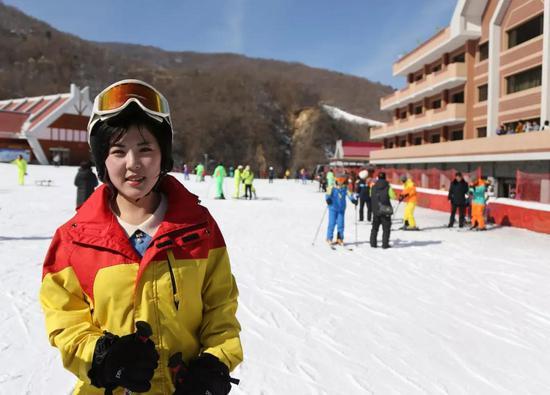 在马息岭滑雪场准备接受记者采访的朝鲜姑娘↑