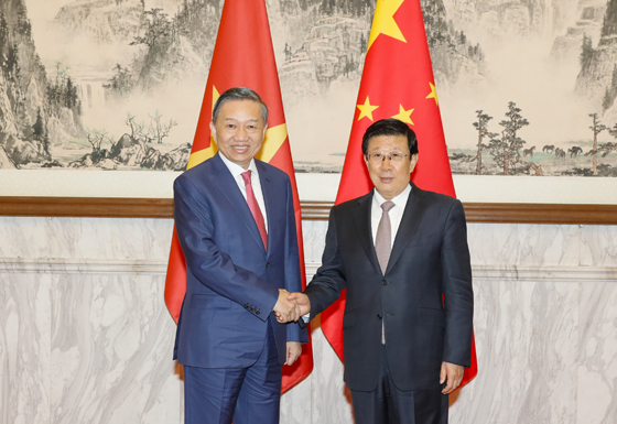 10月10日,中越两国公安部第六次协作打击立功会议在北京举行。国务委员、公安部部长赵克志与越共中央政治局委员、越南公安部部长苏林共同列席会议。