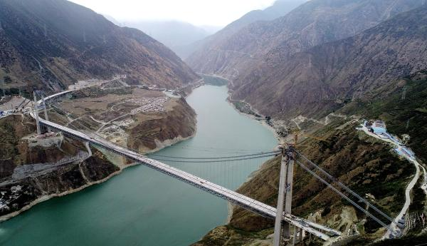 建设中的雅康高速兴康特大桥 视觉中国 原料图