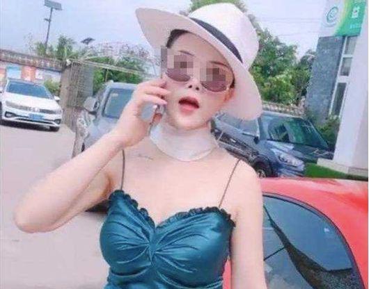 (图:7月30日上午,重庆渝北区两路附近,一位驾驶红色保时捷的女子在掉头时与另一辆车的男司机发生口角。网传视频显示,女子先出手给男司机一耳光,男子也反手扇了该女子一耳光,女子的帽子也被扇飞。)