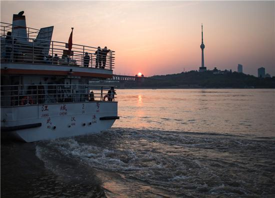 4月8日,乘客乘坐轮渡出行。新华社记者 肖艺九 摄