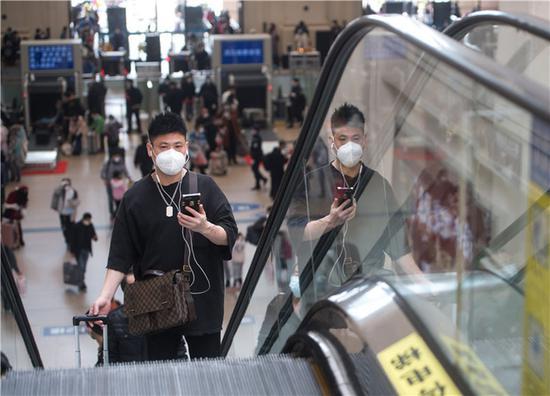 4月8日,乘客在汉口火车站进站乘车。新华社记者 肖艺九 摄