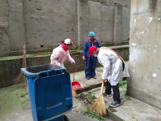 杨端华在小区帮助清扫
