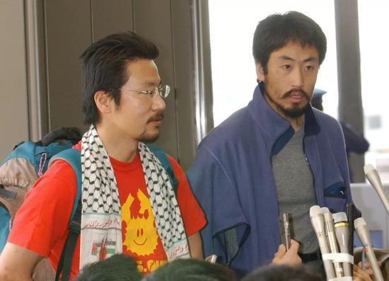▲原料图片:2004年4月20日上午,在伊拉克遭劫持的安田纯坦然定返回日本。(视觉中国)