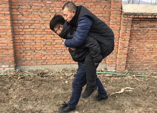 ▷上坟的路上,儿子背首金哲宏