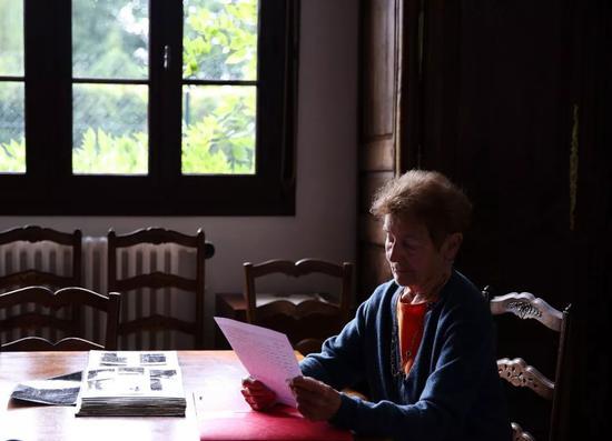 2019年9月,法国核物理学家埃莱娜·郎之万-约里奥在家中接受新华社记者采访。新华社记者高静摄