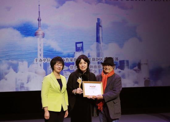 上海市副市长宗明(左)与叙利亚诗人阿多尼斯(右)为中国诗人翟永明颁奖。