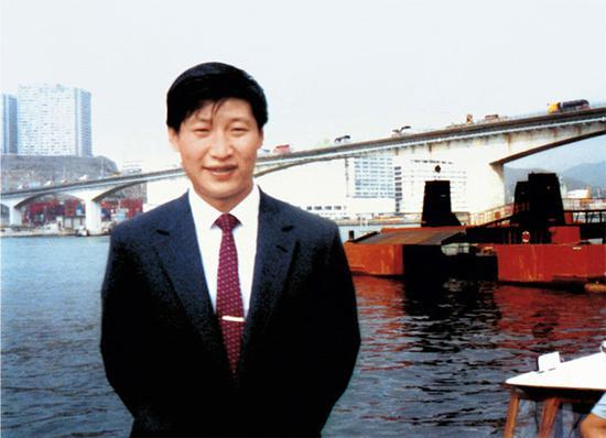 时任福建厦门市副市长的习近平到国外考察。