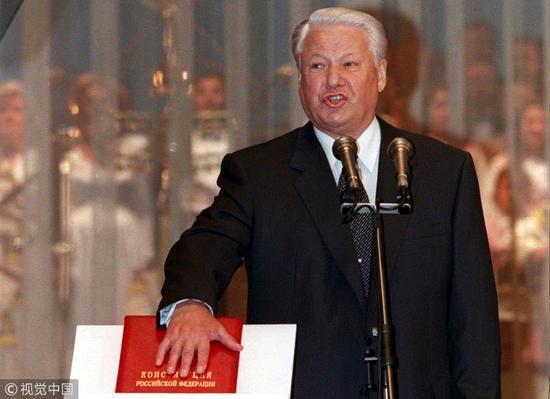 现走俄罗斯宪法制定于叶利钦时期,图为叶利钦于1996年8月9日宣誓开启第二个总统任期。(图:视觉中国)