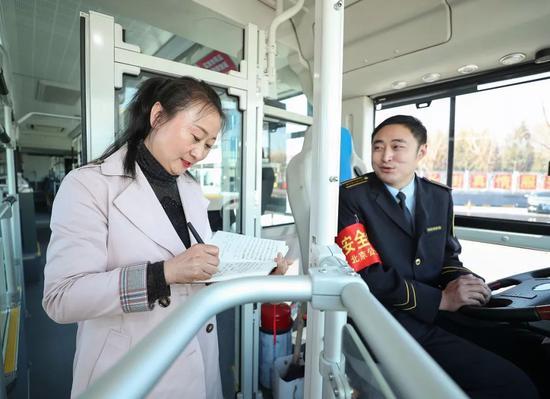 3月11日,辽宁团代表、鞍山市交通运输集团有限公司第二汽车分公司驾驶员谢金红来到北京公交集团第四客运分公司1路老山公交场站调研。新华社记者龙雷摄