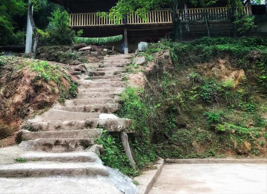 △通往华溪村贫困户谭登周家的石阶狭窄陡峭。
