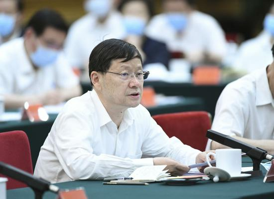 杨维中在座谈会上发言。新华社记者 殷博古 摄