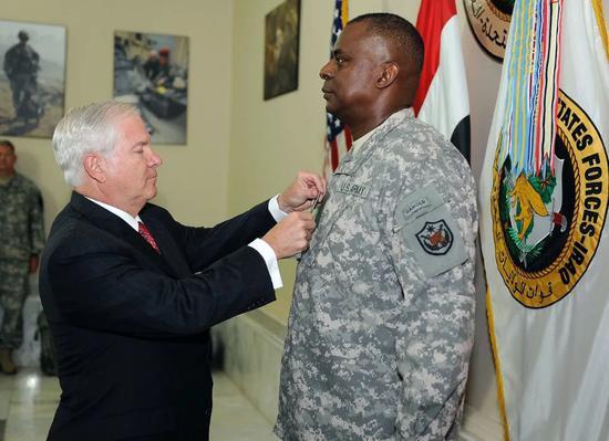 ·2010年,时任美国防长罗伯特·盖茨(左)为奥斯汀亲授四星上将军衔。
