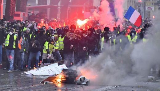 """""""黄马甲""""活动者从11月17日首最先走上全法国的街头抗议。(法新社)"""