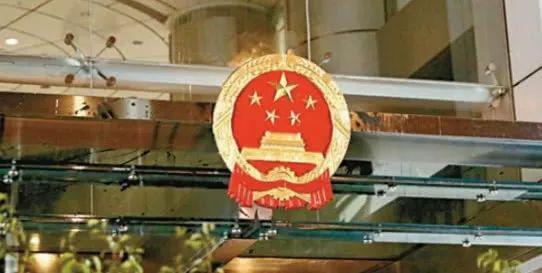 香港中联办国徽于21日晚间完成更换(图片来源:香港《大公报》)