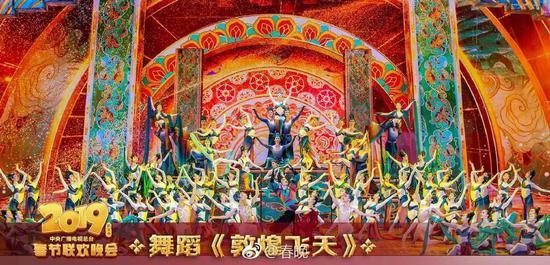 △舞蹈《敦?#22836;?#22825;》通过舞蹈演员宛如飞天的表演,展示了敦煌文化的无限魅力。