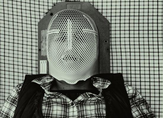 张希祉的母亲正戴着特制的塑胶面具躺在医院病床上期待脑部放射治疗。