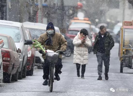 雪中行走的人们  饶强/摄