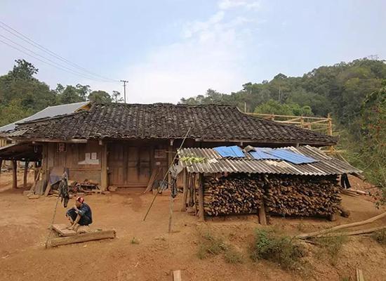 河边村里传统的屋舍。 © 滇西法眼
