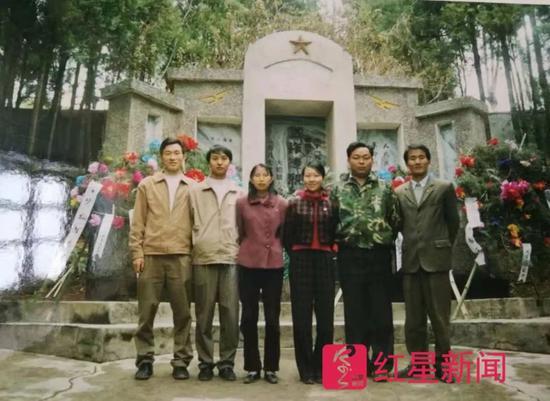 """▲李忠凯年轻时,网友评价其""""嫩、瘦"""" 大姚县委宣传部供图"""
