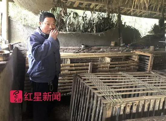 ▲万才亮夫妇务农,家里养了猪和鸡、鸭行为副业。图片来源:红星音信