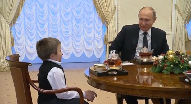 普京开车送病重男孩坐直升机 亲自给他系安全带