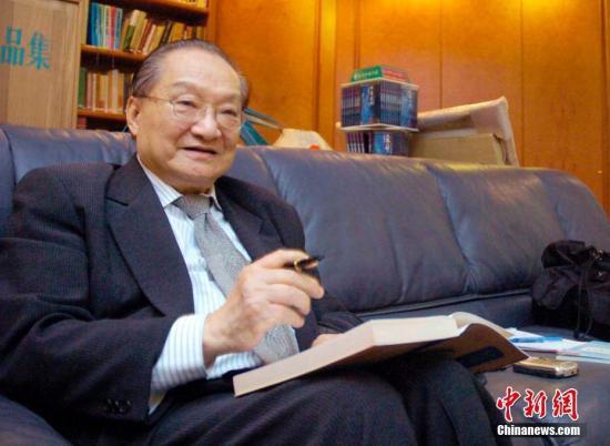 图为查良镛先生接受中新社记者采访的资料图片。中新社记者 洪少葵 摄