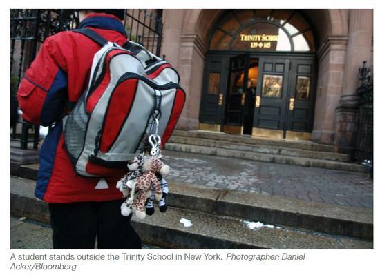 一名学生站在纽约Trinity School门口(图片来源:彭博社相关报道)