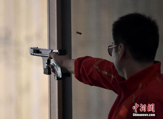 图为中国八一射击队选手金泳德在比赛中。 中新社记者 侯宇 摄