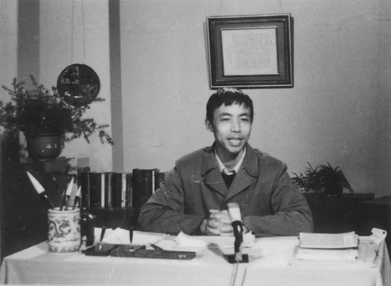 1983年11月29日,在太行山找矿的庞中华应中央电视台邀请,主讲《钢笔书法讲座》。这个讲座反复播放五年之多,开创了中国硬笔书法之先河
