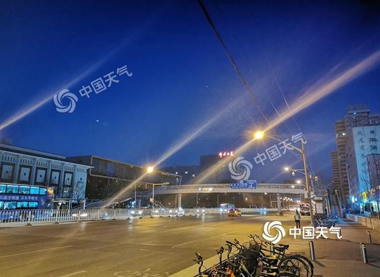 今晨7时,北京天空晴空万里。(图/杜冰冰)