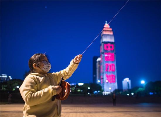 4月12日,小朋友在汉口江滩放风筝。新华社记者 肖艺九 摄