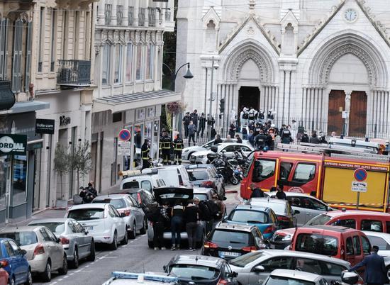 10月29日,答急人员在法国尼斯发生持刀伤人事件的教堂附近伸开做事。 新华社 图