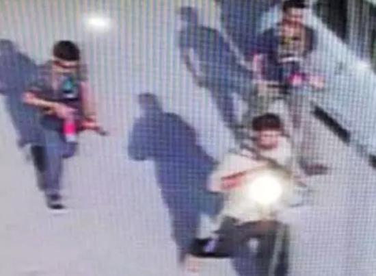 3名武装分子被监控视频拍到的画面
