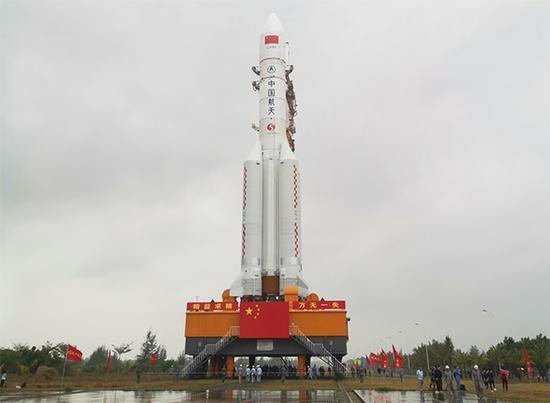 转运过程中的长五遥三火箭。本文图片均由 杨成 图